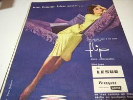 ANCIENNE PUBLICITE UNE FEMME BIEN ASSISE JUPE LESUR 1957 - Habits & Linge D'époque