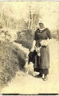 Thème - Animaux - Chèvre - Femme Posant à Côté D'une Chèvre - Carte Photo - Animals