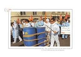 Des Manifestants Tapent Sur Des Bidons D'acide Le 19 Avril 2002 Dans Les Rues De Bayonne - Usine Ruwel - Bayonne