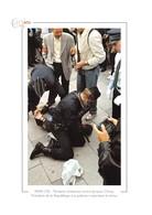 Tentative D'attentat Contre Jacques Chirac, Président De La République. Les Policiers Maîtrisent Le Tireur. - Champs-Elysées