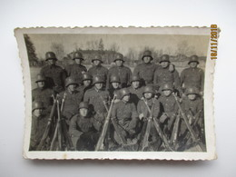 WW II GERMAN ARMY LATVIA , LATVIAN BATTLE UNIT WITH RIFLES  , SMALL SIZE REAL PHOTO , 0 - Guerre 1939-45