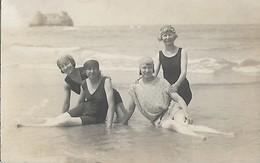 CARTE POSTALE PHOTO ORIGINALE ANCIENNE QUATRE JEUNES FEMMES PIN UP SEXY EROTIC ANNEES FOLLES MODE 1920 BAIGNADE EN MER - Photographs
