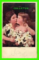 ENFANTS - 2 JEUNES ENFANTS AVEC DES FLEURS (LILIES) - ÉCRITE - - Groupes D'enfants & Familles