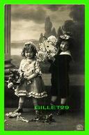 ENFANTS - 2 JEUNES ENFANTS AVEC DES BOUQUETS DE FLEURS - CIRCULÉE EN 1910 - - Groupes D'enfants & Familles