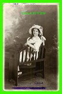 ENFANTS - UNE JEUNE FILLE SUR UN BANC - CIRCULÉE EN 1916 - J. BAMBRIDGE - - Portraits