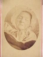 POST-MORTEM PHOTOGRAPHIE CDV FEMME SUR SON LIT DE MORT DECES DEAD - Foto