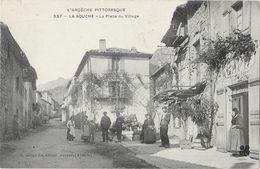 La Souche (Ardèche) - La Place Du Village, Belle Animation Devant Le Café - Edition C. Artige - Carte N° 337 - France