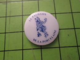 1418c Pin's Pins / Beau Et Rare / THEME AUTRES : Pin's En Céramique LE PAVILLON DE LA PORCELAINE  à Limoges Sans Doute - Pin's & Anstecknadeln