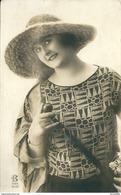 FEMME  A CHAPEAU  MODE En 1931 - Fashion