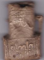 ANCIENNE  RARE  AMPOULE DE PELERIN PLOMB PORTE RELIQUE XV °SIECLE AVEC FLEUR DE LYS - Archéologie