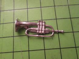 1518a Pin's Pins / Beau Et Rare / THEME MUSIQUE : CLAIRON METAL BLANC - Music