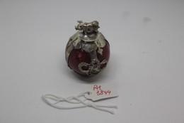 Sfera Di Giadeite Rossa, Lucidata A Mano, Lavorata Con Filamento In Argento, Con Maialino In Argento In Alto Gr. 71 - Arte Orientale