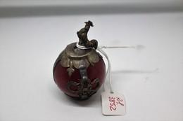 Sfera Di Giadeite Rossa, Lucidata A Mano, Lavorata Con Filamento In Argento, Con Un Gallo In Argento In Alto Gr. 72 - Arte Orientale