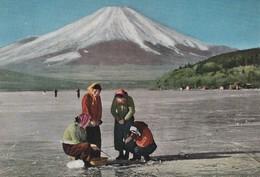 Rare Cpa Japon Années 50 Femmes Pêchant Sur Le Lac Gelé De Yamanaka - Giappone
