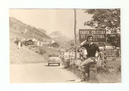 """FO--00016-- 1 FOTO ORIGINALE- DONNA CON """" FIAT TOPOLINO."""" TARGA ( T0 104343 )  LUGLIO 1956 SANTA CRISTINA VAL GARDENA - Automobili"""