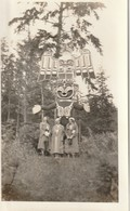 """Totem Pole And Admirers At Alert Bay, Cormorant Island, British Columbia 1935 6"""" X 3.7"""" 15 Cm X 9.4 Cm - Places"""