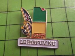 918b Pin's Pins : Rare Et Belle Qualité : THEME PARFUMS : BIC LE PARFUM NU BRIQUET PLANCHE A VOILE - Perfume