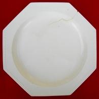 Assiette  Perlée  Octogonale  En  Faïence  Fine  Blanche  Montereau   XIXè  . - Creil Montereau (FRA)