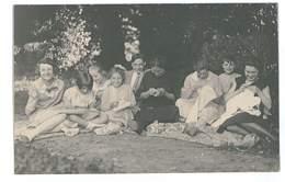 CARTE-PHOTO FAMILLE LA COUTURE DANS LE JARDIN - Postcards