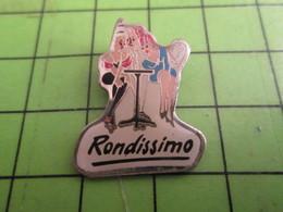 1418c Pin's Pins : Rare Et Belle Qualité : THEME PIN-UPS : RONDISSIMO FILLES A LA TERRASSE D'UN CAFE - Pin-ups