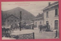 66 - VILLEFRANCHE DE CONFLENT---Cour De La Gare--Arrivée Des Courriers---animé--pas Courante - Autres Communes