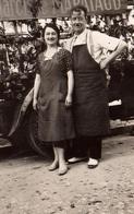 Photo Originale Couple De Fleuristes Posant Devant Leur Camion Narcisse Mapataud Vers 1950 - Métiers