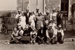 Photo Originale Déguisement & Photo De Famille Tous Un Chapeau En Papier Sur La Tête Devant La Maison Vers 1940/50 - Personnes Anonymes