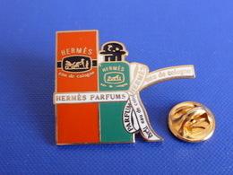 Pin's Flacon De Parfum Hermès Parfums - Eau De Cologne - Ruban (YF4) - Perfume