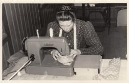 AK - Frau Arbeitet Auf Einer ANKER Zickzack Haushaltsnähmaschine - 50iger - Sonstige