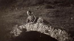 Photo Originale Mannequin Pin-Up Allongée Sur Un Pont En Campagne Vers 1930 - Songeuse à La Pose ! - Pin-Ups