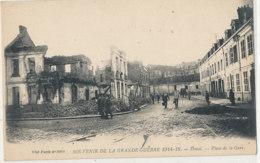AL 820 / CPA - DOUAI  (59)     SOUVENIR DE LA GRANDE GUERRE 1914-1918 PLACE DE LA GARE - Douai