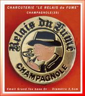"""SUPER PIN'S CHARCUTERIE : """"LE RELAIS Du FUME"""" à CHAMPAGNOLE (Jura) émaillé Grand Feu Base Or, Diamètre 2,5cm - Food"""