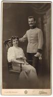 Fotografie C. Pietzner, Wien, österr. Soldat In Uniform Nebst Gattin Im Foto-Atelier - Persone Anonimi