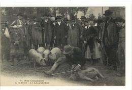 Carte Postale Ancienne Nos Campagnes - A La Foire. Le Langueyeur - Métiers, Cochons - Foires