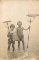 CARTE PHOTO DEUX ENFANTS BORD DE MER AVEC EPUISETTES - A Identificar