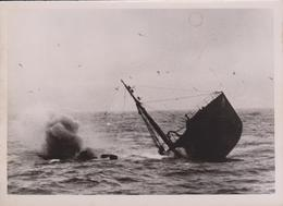 VOM EINEM DEUTSCHEN U BOOT VERSENKT   FOTO DE PRESSE WW2 WWII WORLD WAR 2 WELTKRIEG Kriegsmarine - Barcos