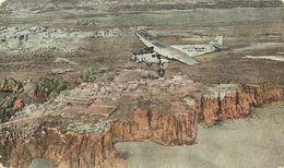 """AK / PC Flugzeug USA Plane Over """"Sky City"""" Of Acoma New Mexiko Color #01 - Avions"""
