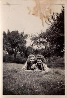 Photo Originale Duo De Pin-Up à Plat Ventre Sur L'Herbe, Pour Une Journée De Campagne En Juin 1942 - Pin-ups