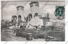 TRES RARE CPA DIEPPE (76) : Arrivée Du Bateau D'Angleterre - Matelos Et Déchargement Des Malles) Vue Cheminées - Dieppe