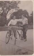 HOMMES SUR VELO MEN ON BIKES HOMBRES SOBRE BICILETAS. 2 SIGNEE VOYAGEE 1943- BLEUP - Cartes Postales