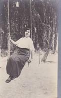 MUJER EN EL COLUMPIO FEMME SUR BALANÇOIRE WOMAN ON SWING. VINTAGE CIRCA 1910's NON CIRCULEE- BLEUP - Fotografie