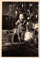 """Photo Originale Noël & Son Musicien En Herbe,  """" Sonnez Trompette, Résonnez Tambour ! """" & Ferme En Bois & Remorque - Personnes Anonymes"""
