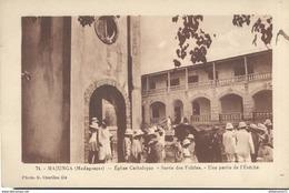 CPA  Madagascar - Majunga - Eglise Catholique - Sortie Des Fidèles - Une Partie De L'Evêché - Circulée - Madagascar