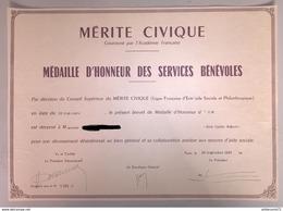 Diplôme Médaille D'Honneur Des Services Bénévoles 1967  -  25,5 X 35,5 Cm - Dokumente