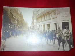 CARTE PHOTO DEFILE CAVALERIE MILITAIRE SOCIETE GENERALE LIEU A IDENTIFIER - Postcards