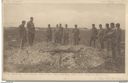 CPA Soldats Anglais - The Burial Of 2 British Soldiers On The Battlefield - Non Circulée - Uniformen