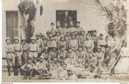 CPA Carte Photo Soldats Coloniaux à Identifier - Non Circulée - Usée , Voir Image - Uniformen