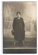 CPA-PHOTO ANCIENNE-UNE FEMME ASSISE SUR UN TABOURET- - Personnes Anonymes