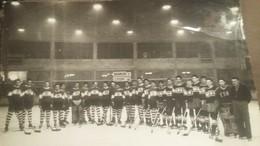 Ancienne Photo D'une èquipe De Hockey Sur Glace : Biançon - Lyon 1 A 4 : Format : 18 X 23 Cm - Sports