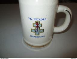 Chope De Bière Ancienne 33ème Escadre Strasbourg - Diamètre 9 Cm - Hauteur 13 Cm - Militaria